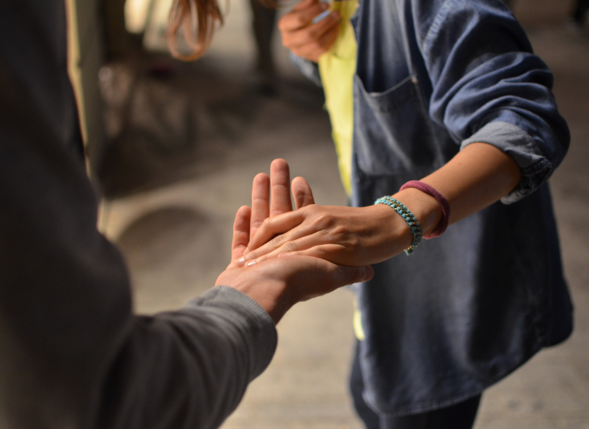 image section présentation, deux personnes se font une poignée de main